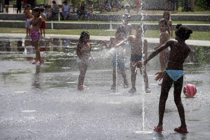 Un grupo de niños se refresca en Madrid Rio