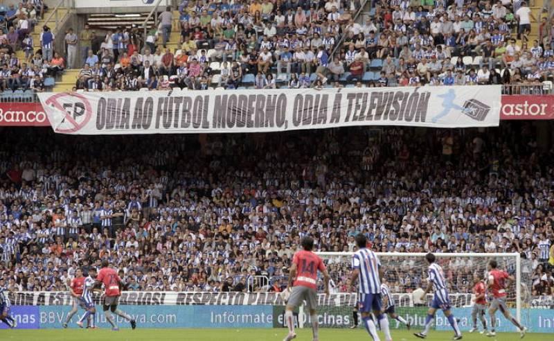 Una pancarta colocada por los aficionados del Deportivo de La Coruña durante el encuentro frente a Osasuna, expresa el malestar de la hinchada a la disputa de partidos los lunes.