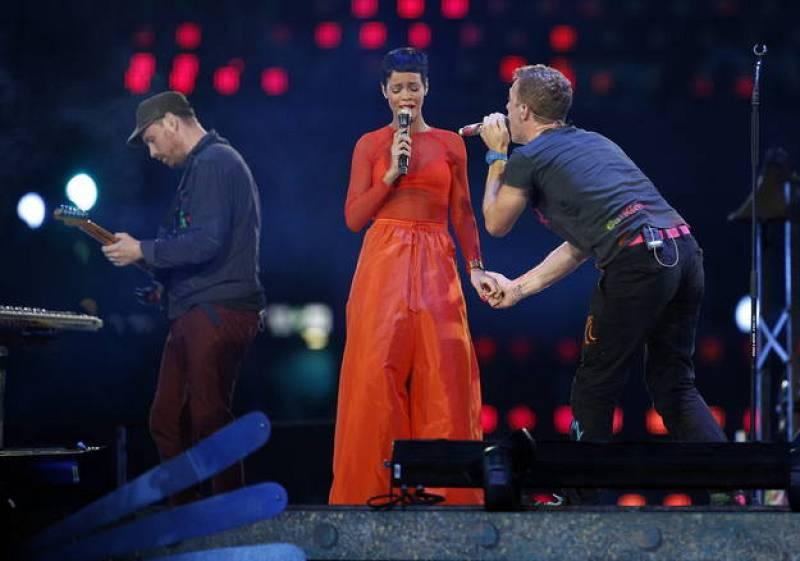 El cantante de la banda Coldplay, Chris Martin, canta con Rihanna durante la ceremonia de clausura de los Juegos Paralímpicos Londres 2012