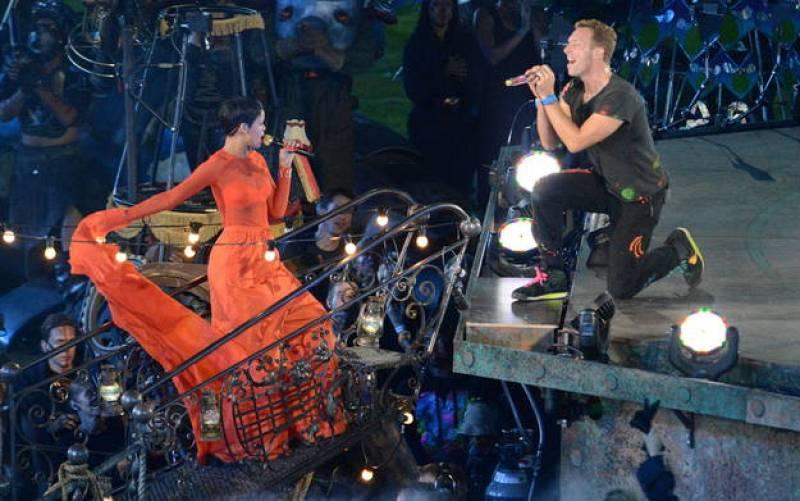"""""""Actuar en la ceremonia de clausura de los Juegos Paralímpicos es el mayor honor"""", dijo Rihanna, que lució un original vestido naranja para cantar junto a Chris Martin el hit """"Princess of China""""."""