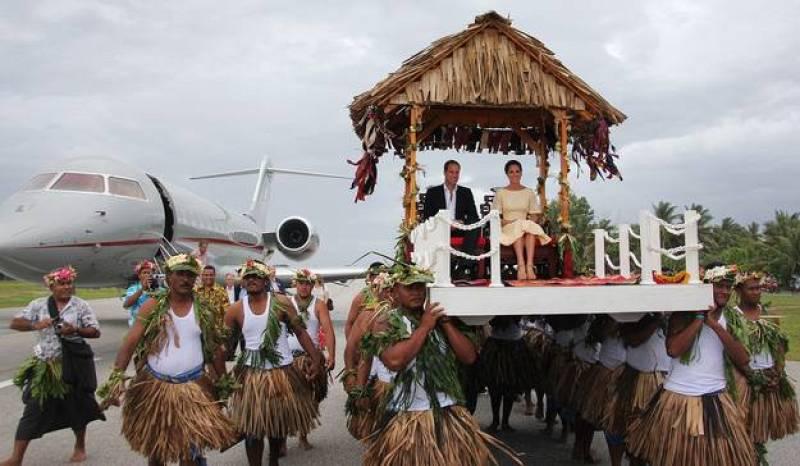 Así fue el exótico aterrizaje de los duques de Cambridge en Tuvalu, en la Polinesia. Unos 10.500 lugareños, la mitad de la población de la isla, acudieron a recibir a la pareja.