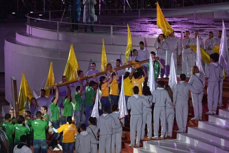 La Cruz de los Jóvenes llega, a hombros de un grupo de fieles, al altar en el que se ha celebrado la misa inaugural de la JMJ en Río de Janeiro, Brasil