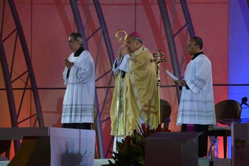 El arzobispo de Río de Janeiro, Orani Tempesta (centro), acompañado por otros dos sacerdotas, oficia la misa que ha dado comienzo a la JMJ de Brasil