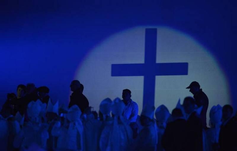Momento de la eucaristía en el que se puede ver la sombra de la cruz que Juan Pablo II confió a los jóvenes en 1984