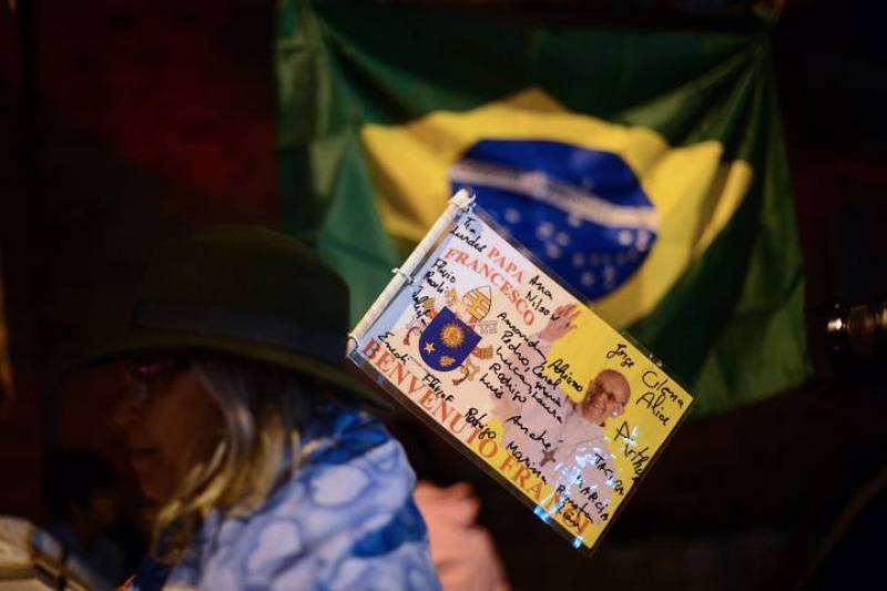 Una tarjeta, firmada por un grupo de fieles, da la bienvenida al papa Francisco a Brasil, donde se celebra la JMJ de 2013
