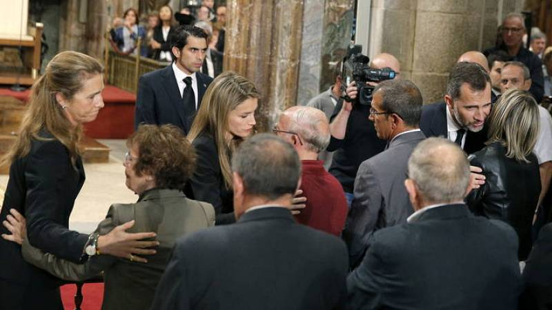 Los príncipes de Asturias, Don Felipe y Doña Letizia y la infanta Elena, dan el pésame a los familiares de las víctimas