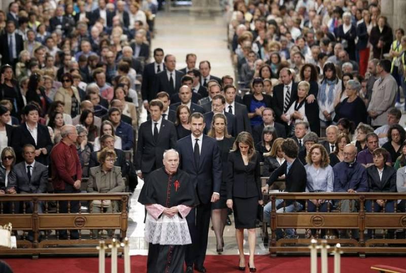 Los príncipes de Asturias encabezan la comitiva de autoridades que asistió al funeral oficiado en la catedral de Santiago por las víctimas del accidente de tren.