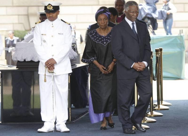El expresidente sudafricano Thabo Mbeki visita la capilla ardiente de Mandela, instalada en la sede del Gobierno sudafricano en Pretoria.