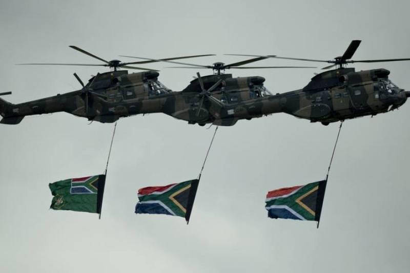 Helicópteros militares sobrevuelan la tumba de Mandela con banderas nacionales