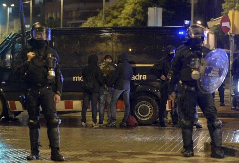 La policía ha detenido al menos a 25 personas en los disturbios tras la tercera manifestación por el desalojo del centro social 'okupa' de Can Vies.