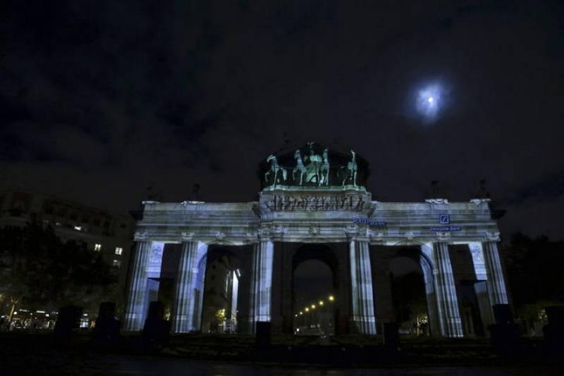 Gracias al videomapping la Puerta de Alcalá se transforma en la Puerta de Brandemburgo. 25 años de la caída del Muro