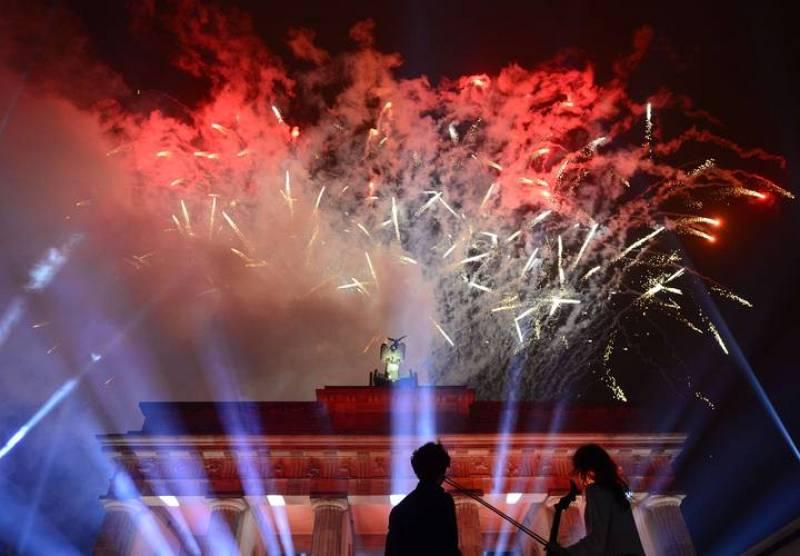 Fuegos artificiales sobre la Puerta de Brandenburgo con motivo del 25 aniversario de la caída del muro de Berlín.