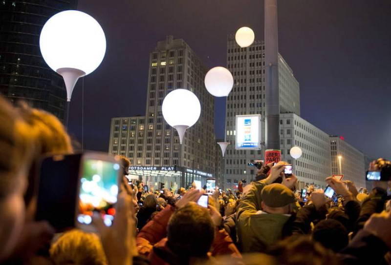 Miles de globos blancos sobrevuelan el cielo de Berlín como símbolo de la disolución del muro.