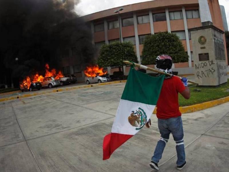 Un miembro del sindicato de maestros ante la sede del Congreso estatal de Guerrero, México. Foto: REUTERS/Jorge Dan Lopez