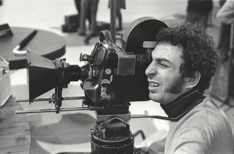 Este señor que mira por la cámara es Valerio Lazarov, el realizador de los programas de nuestros recuerdos de infancia.