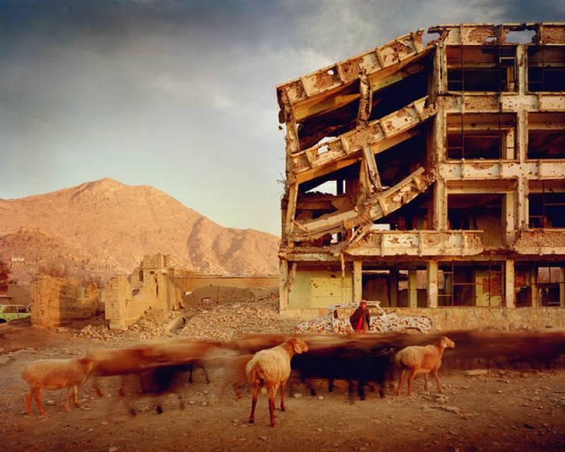Simon Norfolk, edificio de apartamentos arrasado por la metralla en el distrito Karte Char de Kabul (2003)