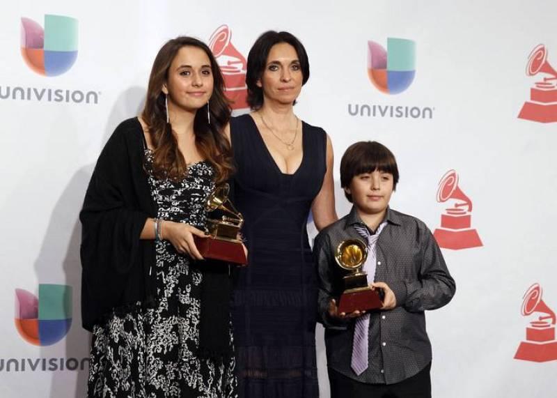 Gabriela Carrasco, viuda del guitarrista flamenco español Paco de Lucía, posa para la prensa con sus hijos Antonia y Diego después de recoger el premio póstumo a Mejor Álbum Flamenco del año.