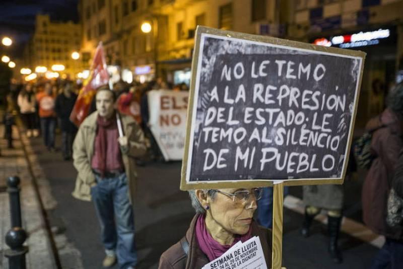 """Cientos de personas se han manifestado esta tarde por las calles del centro de Valencia en las """"Marxes per la dignitat"""" bajo el lema """"No a la corrupció!""""."""