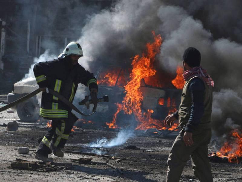 Un bombero trata de apagar el incendio provocado por un barril cargado de dinamita.