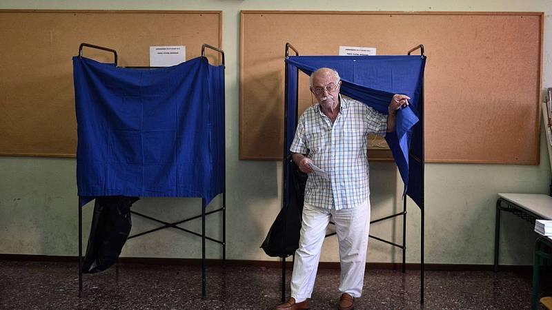 Un ciudadano vota en el referéndum griego en un colegio de Atenas