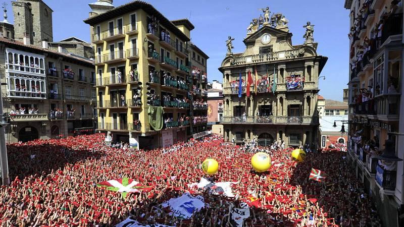 Panorámica de la plaza del Ayuntamiento de Pamplona instantes antes del chupinazo 2015