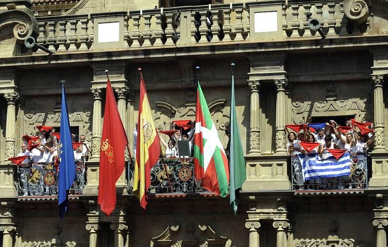 El balcón del Ayuntamiento de Pamplona durante el chupinazo 2015