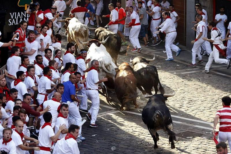Los toros de Jandilla salen de la plaza Consistorial, en el primer encierro de los sanfermines