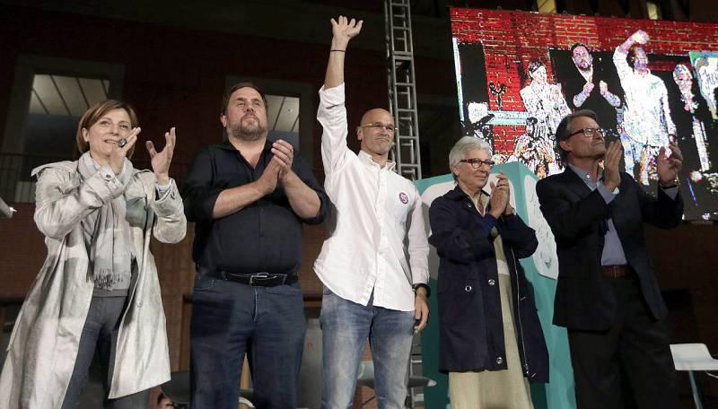 Los candidatos de Junts pel Sí (i-d) Carme Forcadell, Oriol Junqueras, Raul Romeva, Muriel Casals y Artur Mas, durante el acto de inicio de campaña de las elecciones, en Barcelona.