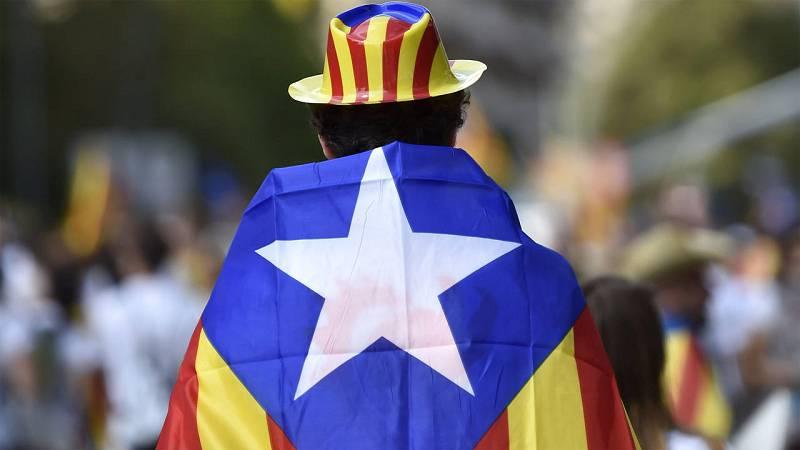 Un hombre envuelto en la bandera estelada en la manifestación de la Diada, el 11 de septiembre, en Barcelona.