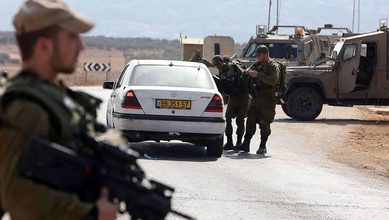 Soldados israelíes en un puesto de control cerca de la aldea de Beit Furik, al este de Nablus, donde fueron asesinados dos colonos judíos