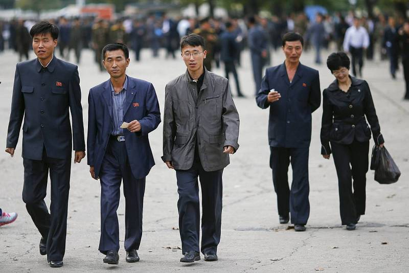 Norcoreanos asisten a un partido de fútbol entre Filipinas y Corea del Norte en Pyongyang