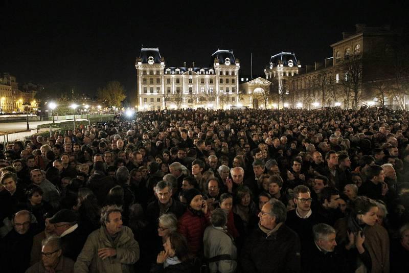 Cientos de personas se han reunido a las afueras de la catedral de Notre Dame durante la misa que se ha celebrado ahí en memoria de las víctimas