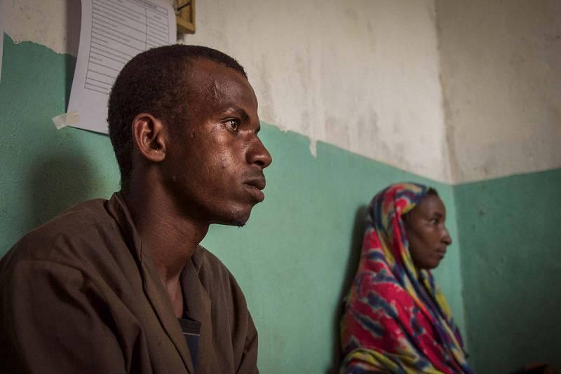 Esperan tras caminar 40 km para que su hijo reciba atención sanitaria