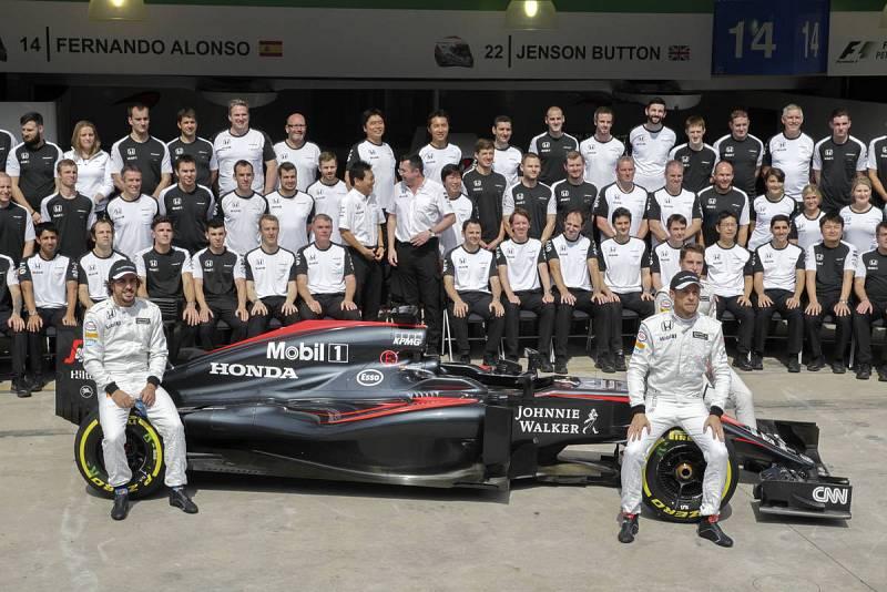 Alonso junto a Button posando con el equipo McLaren.