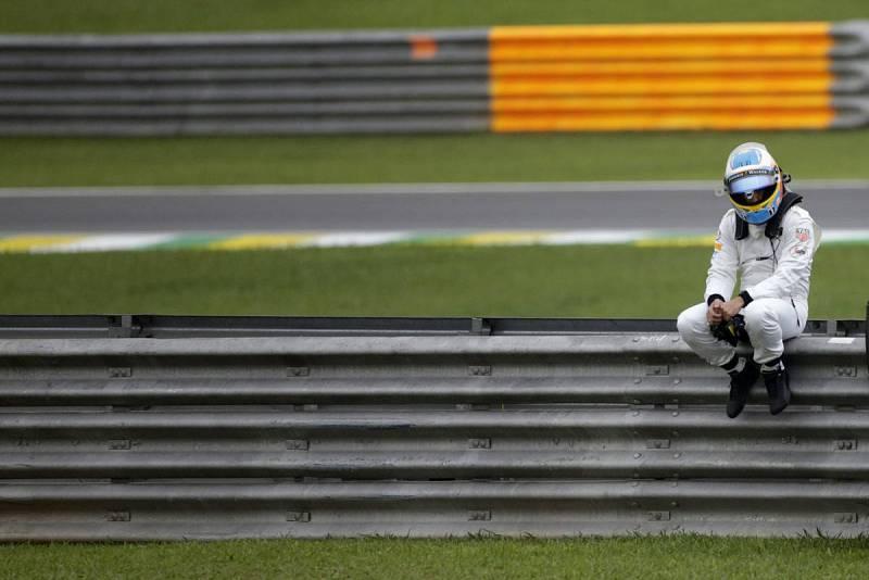 Alonso deja un entrenamiento libre del Gran Premio de Formula Uno de Brasil por averías, la tónica de su 2015.