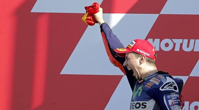 El piloto español Jorge Lorenzo celebra la vistoria y el Mundial en Valencia.