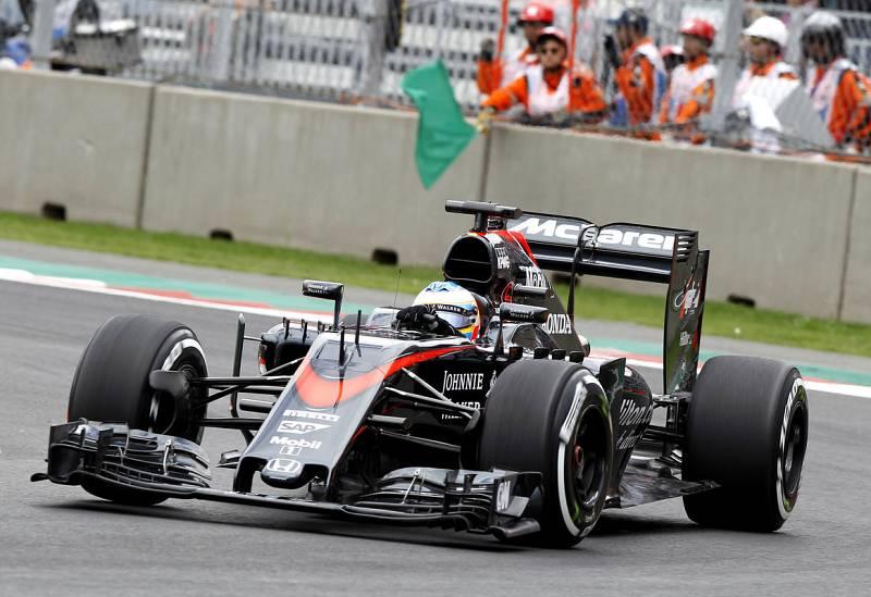 Alonso en su McLaren en el circuito Hermanos Rodríguez de Ciudad de México (México).