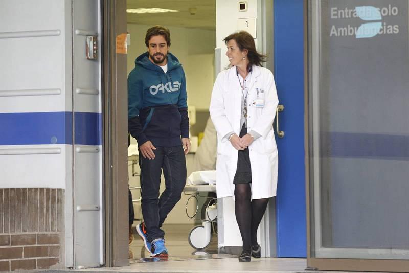 Fernando Alonso a su salida del hospital tras su acidente de pretemporada.