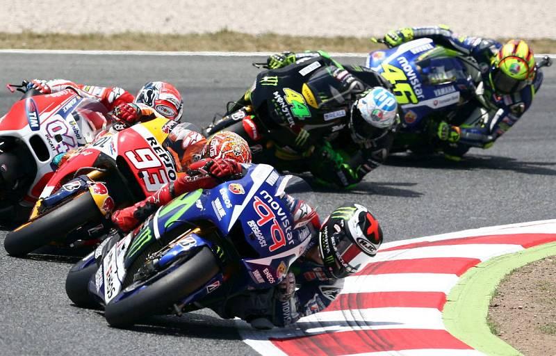 Lorenzo liderando la carrera de Montmeló por delante de Marc Márquez.
