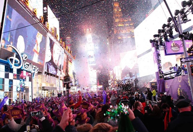 Los neoyorquinos celebran la llegada de 2016 en Times Square tras la bajada tradicional de la bola