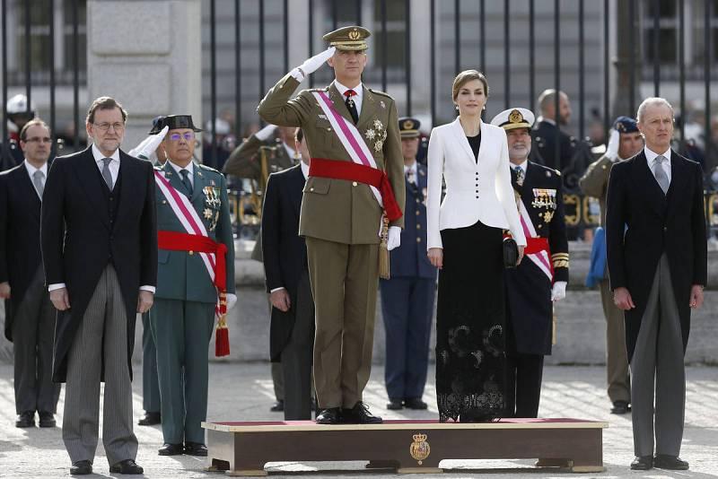 Los reyes, junto al presidente del Gobierno, Mariano Rajoy (i), y el ministro de Defensa, Pedro Morenés (d), escuchan el himno nacional durante la celebración de la Pascua Militar en el Patio de la Armería del Palacio Real de Madrid.