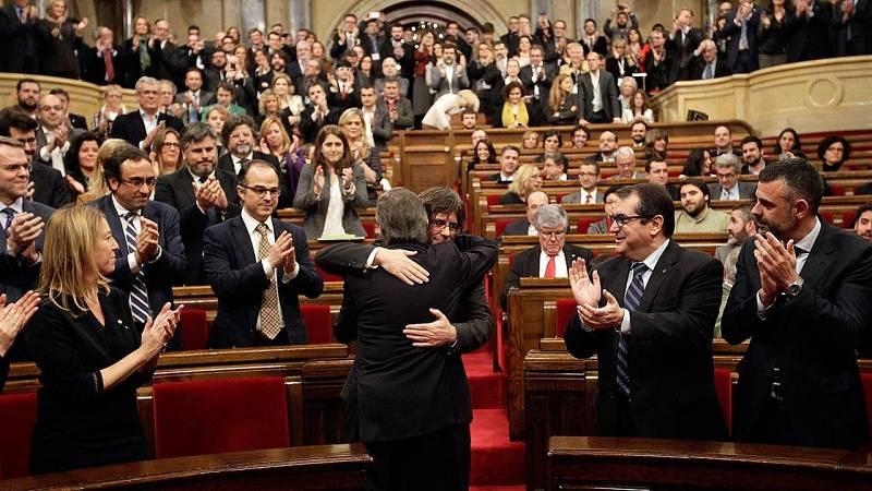 Abrazo entre Mas y Puigdemont