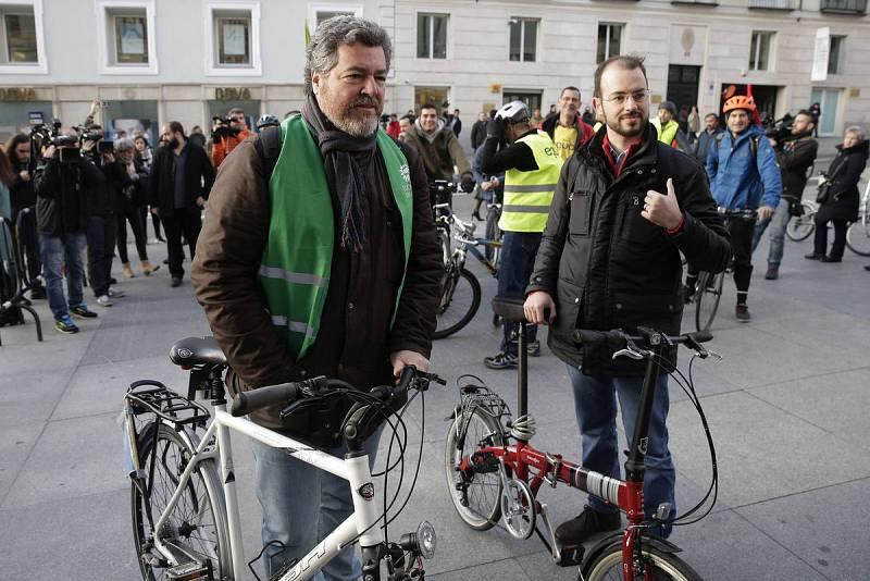 Juantxo López de Uralde y Jorge Luis Bail llegan al Congreso en bicicleta