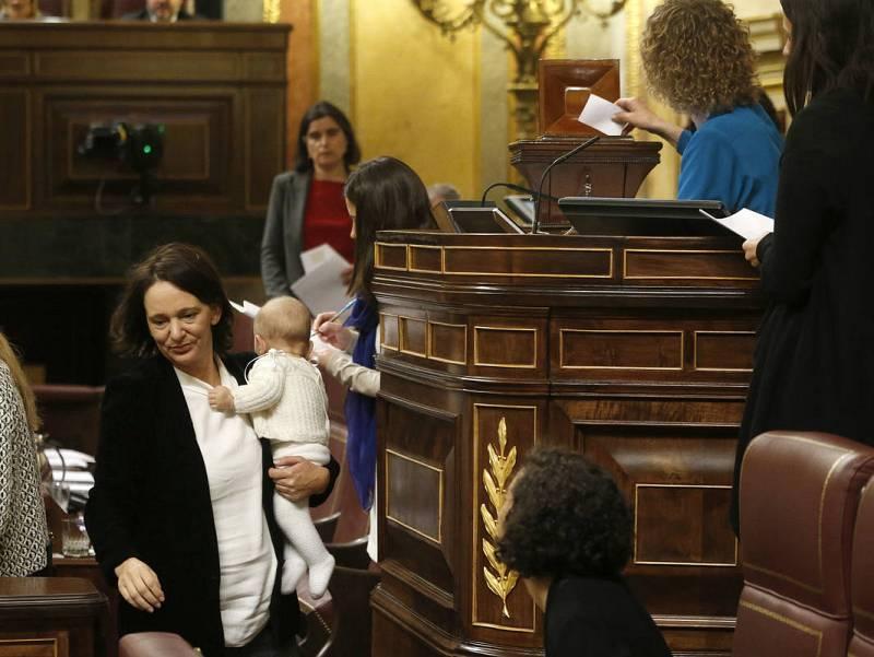 Bescansa accede a la urna para elegir presidente del Congreso con su bebé en brazos