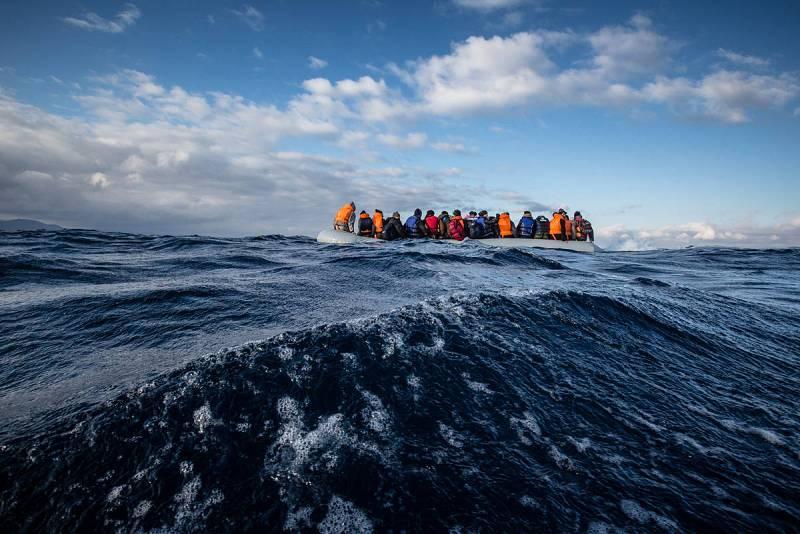 MSF y Greepeace asisten a una lancha semirrígida que se hunde con 45 afganos a bordo