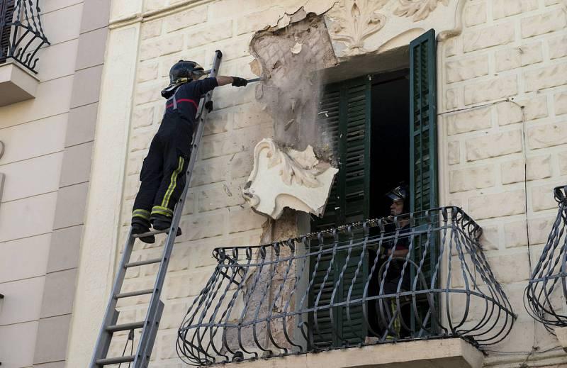 Un bombero quita parte de una fachada dañada por el terremoto en Melilla