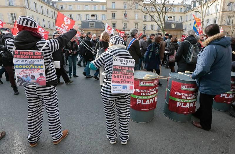 Unos manifestantes disfrazados en las calles de París