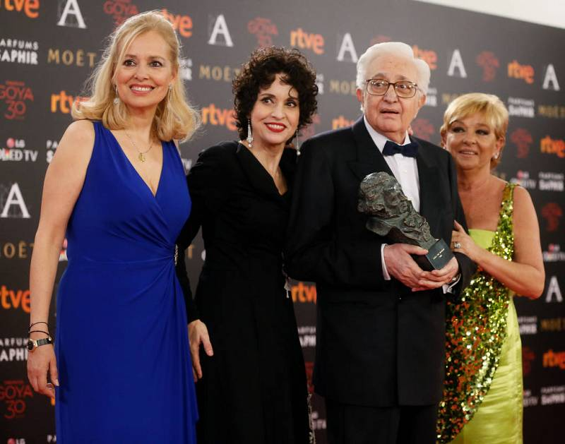"""El realizador Mariano Ozores, acompañado por las actrices Emma Ozores y Adriana Ozores, tras recibir el """"Goya de Honor"""""""