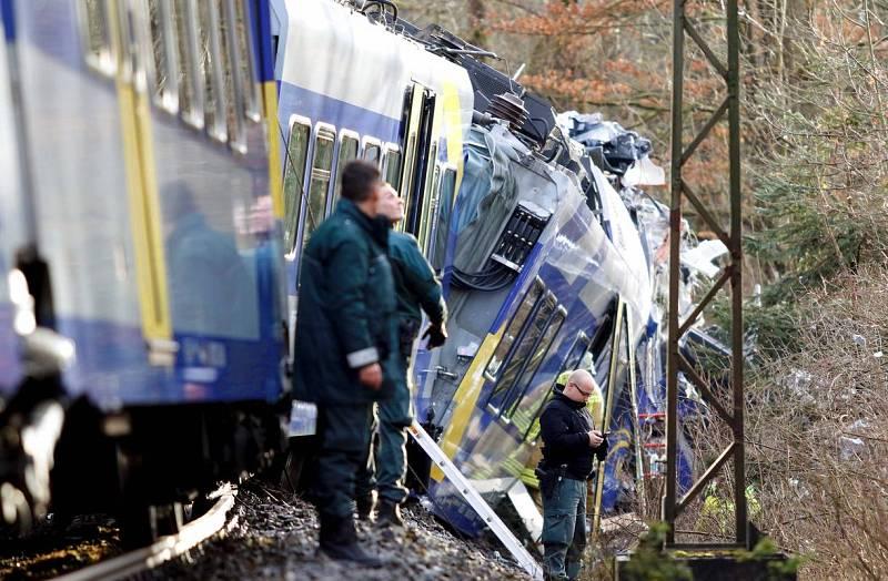Un policía aguarda frente a uno de los trenes accidentados en Bad Aibling (Alemania)