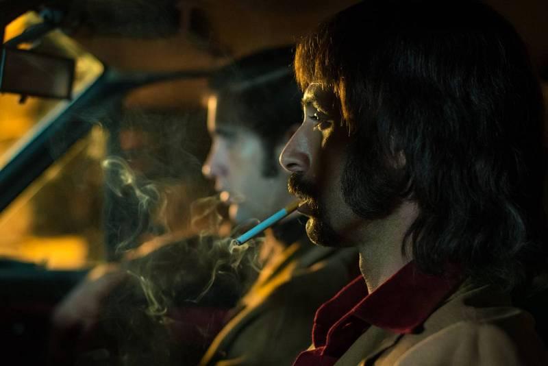Pacino espera en el coche junto a un compañero en un polígono